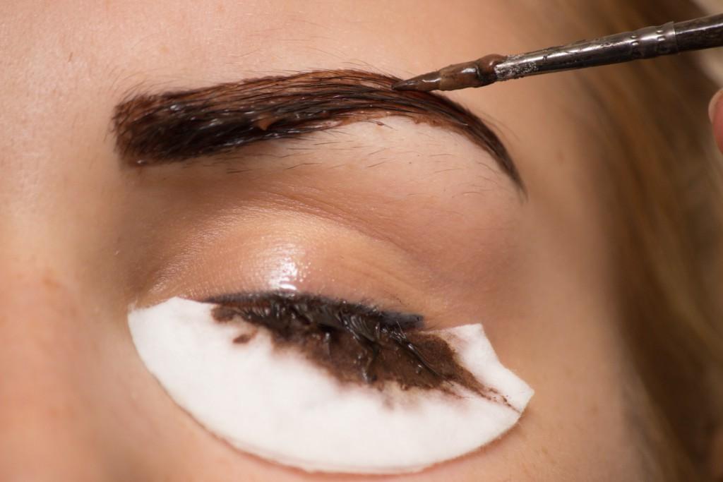 Augenbrauen und Wimpern mit Henna färben. Zu Hause oder im